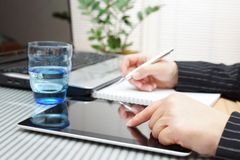 Femme d'affaires employant le comprimé, l'ordinateur portable et l'inscription Image libre de droits
