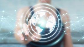 Femme d'affaires employant le rendu de la sphère 3D de réseau de la terre de planète Images stock