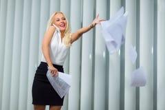 Femme d'affaires employant un téléphone et des crochets les documents photo stock
