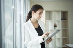 Femme d'affaires employant une technologie sociale de media de comprimé image libre de droits