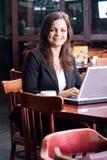 Femme d'affaires en café Image stock
