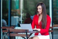 Femme d'affaires en café d'extérieur Photos stock