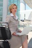 Femme d'affaires en dehors d'aéroport Images libres de droits
