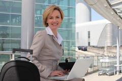 Femme d'affaires en dehors d'aéroport Image libre de droits