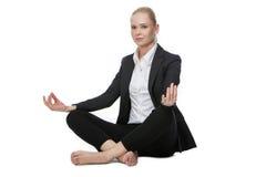 Femme d'affaires en position de yoga Photo stock