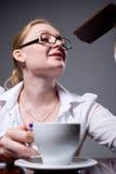 Femme d'affaires en verres avec une tasse de café Photographie stock