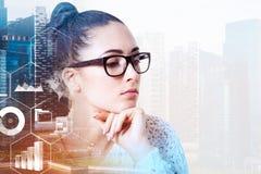 Femme d'affaires en verres dans la ville, inforgraphics photo stock