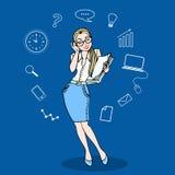 Femme d'affaires en verres et une pile des écritures en couleurs, avec Images stock