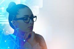 Femme d'affaires en verres, interface réseau images libres de droits