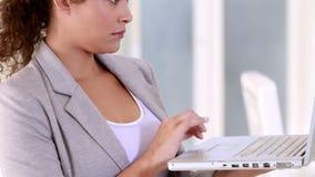 Femme d'affaires enceinte à l'aide de son ordinateur portable clips vidéos