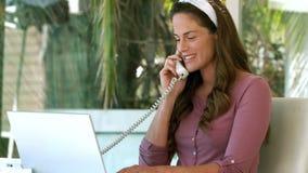 Femme d'affaires enceinte au téléphone banque de vidéos