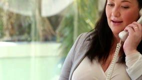 Femme d'affaires enceinte répondant au téléphone banque de vidéos