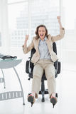 Femme d'affaires encourageant avec des mains augmentées dans le bureau Image libre de droits