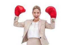 Femme d'affaires encourageante avec des gants de boxe Photographie stock