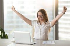 Femme d'affaires enthousiaste soulevant des mains célébrant la réussite commerciale Photographie stock libre de droits
