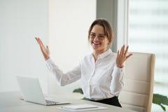 Femme d'affaires enthousiaste souriant à l'appareil-photo heureux avec le succ d'affaires images stock