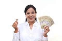 Femme d'affaires enthousiaste tenant la devise indienne photographie stock libre de droits