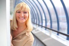 Femme d'affaires entre deux âges de sourire photographie stock