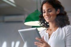 Femme d'affaires envoyant le comprimé d'email Photographie stock libre de droits
