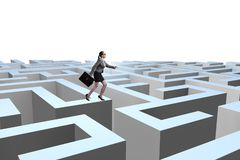 Femme d'affaires essayant de s'échapper du labyrinthe images stock