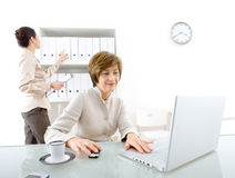 Femme d'affaires et aide Image stock