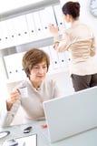 Femme d'affaires et aide aînés Photos libres de droits
