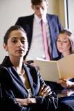 Femme d'affaires et collègues hispaniques Photo libre de droits