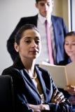Femme d'affaires et collègues hispaniques Images stock