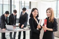 Femme d'affaires et collègues travaillant ensemble au bureau Images stock