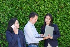 Femme d'affaires et homme d'affaires travaillant en dehors du bureau utilisant le lapto photos stock