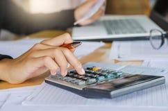 femme d'affaires et ordinateur portable de concept de comptabilité d'entreprise avec le calcul images stock