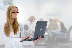 Femme d'affaires et ordinateur portatif photographie stock libre de droits