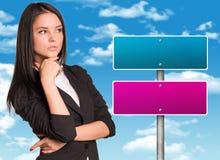Femme d'affaires et panneau routier réfléchis Photos libres de droits
