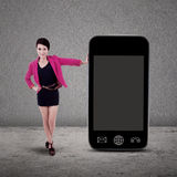 Femme d'affaires et smartphone sur le gris Image stock