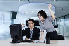 Femme d'affaires et son associé soulevant des mains Photographie stock