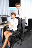 Femme d'affaires et son collègue travaillant au bureau Images stock
