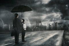 Femme d'affaires et son fils regardant l'orage Photographie stock libre de droits