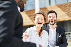 Femme d'affaires et un rire de collègue heureusement photo libre de droits
