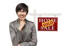 Femme d'affaires et vendu à la maison pour le signe de Real Estate de vente d'isolement Photographie stock