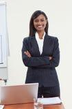 Femme d'affaires ethnique dans le bureau image stock