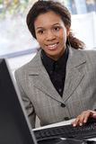 Femme d'affaires ethnique travaillant avec l'ordinateur image libre de droits