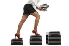 Femme d'affaires exécutant vers le haut avec des documents de dépliant Photo stock
