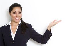 Femme d'affaires expliquant la zone blanc de copie Photographie stock libre de droits