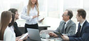 Femme d'affaires expliquant le plan d'action ? ses coll?gues photo libre de droits