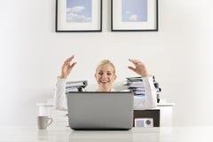 Femme d'affaires exprimant de bonnes actualités Photo stock