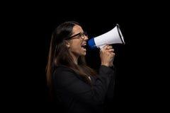 Femme d'affaires fâchée attirante hurlant dans le mégaphone Image stock