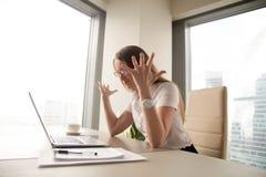 Femme d'affaires fâchée ayant le problème avec l'ordinateur, ordinateur portable cassé, Images stock