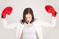 Femme d'affaires fâchée dans des gants de boxe Photo stock