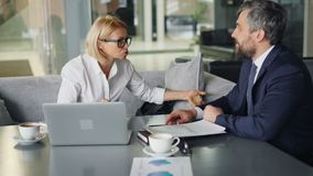 Femme d'affaires fâchée discutant avec l'associé en café pendant les entretiens banque de vidéos