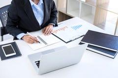 Femme d'affaires féminine intelligente travaillant sur l'ordinateur portable tandis qu'analysi Images stock